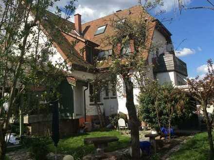 Exclusive 4-Zimmer-Eigentumswohnung mit Doppelgarage und Garten in stilvollem Dreifamilienhaus