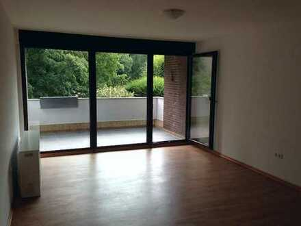 KOMPLETT RENOVIERTES SINGLE-APPARTMENT MIT GROßEM BALKON IN WEITMAR-MARK