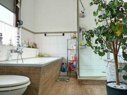 Sanierte DG-Wohnung im Zweifamilienhaus mit Garten