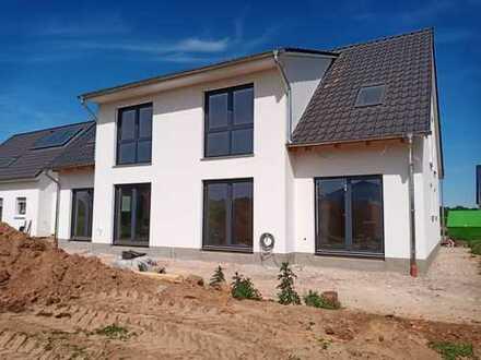 Neubau-Doppelhaushälfte mit Garten