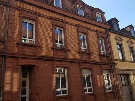 TOP-Renovierte 4 Zimmer-Altbau-Wohnung direkt in der Innenstadt