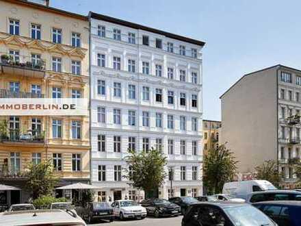 IMMOBERLIN: Toplage beim Paradiesgarten! Sanierte Stuck-Altbauwohnung mit Balkon im Trendviertel