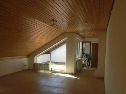 Gepflegte DG-Wohnung mit zwei Zimmern sowie Balkon und Einbauküche in Schopp