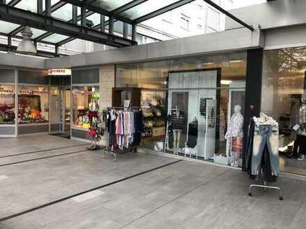 Kleine Ladeneinheit in frequentierter Einkaufspassage