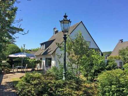 Liebenswert! Helles, sonniges, freistehendes Einfamilienhaus mit großem Garten