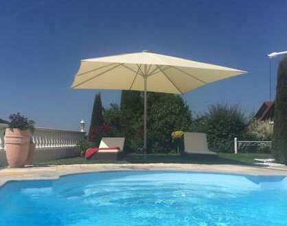Im mediterranen Baustil errichtete Stadtvilla mit Doppelgarage und beheizbaren Swimmingpool.