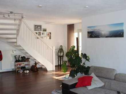 Schöne Maisonettewohnung mit Garage, Stellplatz und Einbauküche