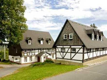 zwei denkmalgeschützte Wohnhäuser mit Anbauten