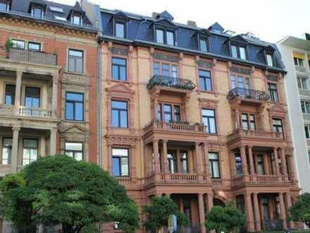 Moderne trifft Klassizismus. 5-Zimmer-Eigentumswohnung mit Balkon im repräsentativem Gebäudeensemble