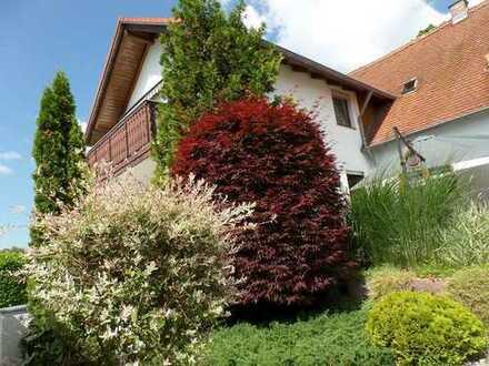 mit 2 Wohneinheiten, idylischem Garten in ruhiger Lage und zwei Garagen!