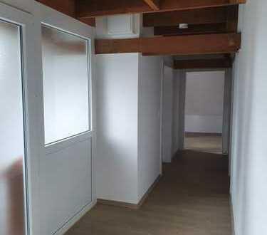 Komplett sanierte Dachgeschosswohnung mit Sichtgebälk und Einbauküche