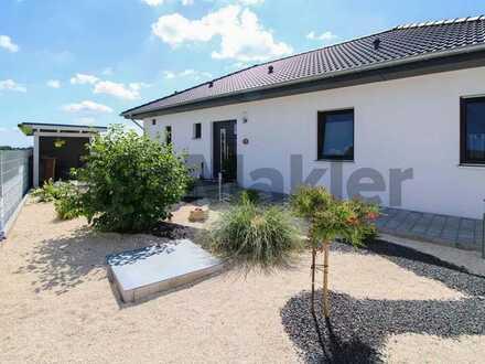 Exklusiv, weitläufig, stilvoll: Barrierefreier Bungalow mit Traumgarten, 3 Terrassen und Pool