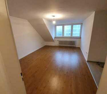Stilvolle, modernisierte 2-Zimmer-DG-Wohnung mit EBK in Bayenthal, Köln