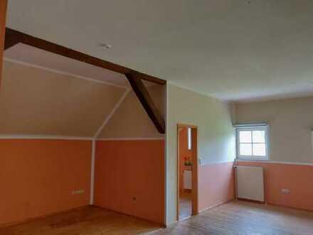 Gepflegte 3-Zimmer-Dachgeschosswohnung mit Terrasse und Einbauküche in Heinersreuth