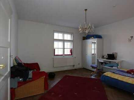 Freundliches Zimmer in heller Altbauwohnung