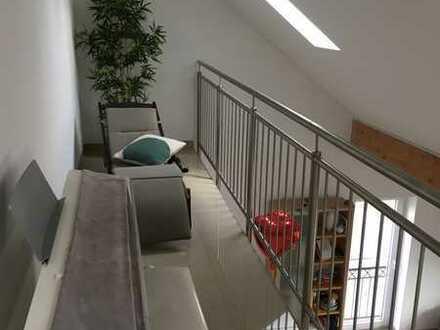 Hochwertige Maisonettewohnung mit kleinem Balkon, Einbauküche und Außenstellplatz!