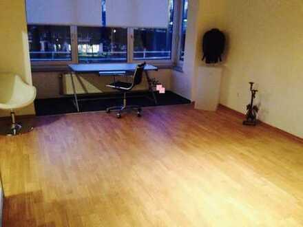 Stilvolle, geräumige und modernisierte 2-Zimmer-Wohnung mit Einbauküche in Düsseldorf