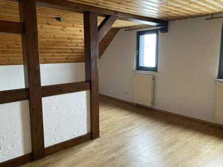 Sanierte Dachgeschosswohnung mit vier Zimmern und Einbauküche in Hösbach / OT Feldkahl