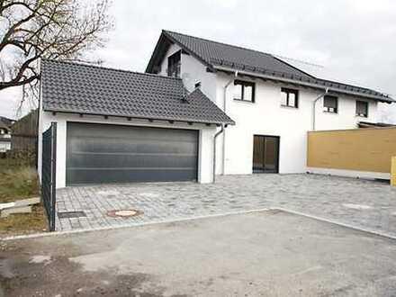 Holzhaus als Doppelhaushälfte KFW 55 mit Doppelgarage und Außenanlagen in Staubing.