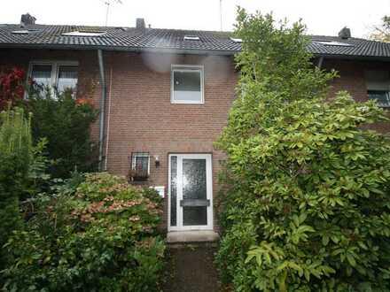 Schönes Einfamilienhaus in ruhiger Lage und mit 2 Garagen für den Handwerker !!