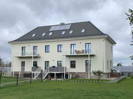 Eigenheimcharakter: attraktive 4-Zimmer-Wohnung mit Einbauküche, eigenem Garten und großem Balkon