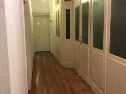 3 Zimmer Wohnung, Altbau bestehend aus zwei sehr großen Zimmern und einem kleinen