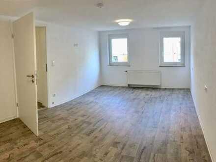 Sanierte Hochparterre-Wohnung mit zweieinhalb Zimmern und Einbauküche in Heiningen