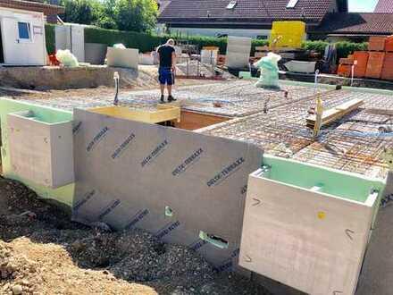 Baubeginn KfW-Effizienz 55. Neubau-Massivziegel REH in Neufahrn/Grüneck, Südgarten und Wintergarten.