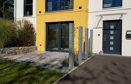 *** Sehr schöne & helle Souterrain-Wohnung mit Terrasse, EBK & PKW-Stellplatz ***