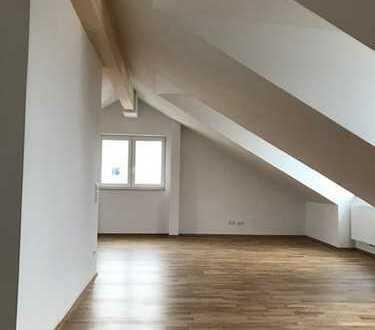 Erstbezug im Dachgeschoss: schicke & helle 3-Zimmerwohnung mit offener Küche