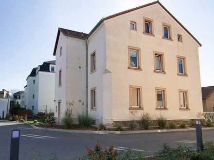 3 Raumwohnung mit Laminatboden im Dachgeschoss, Tageslichtbad mit Wanne, Stellplatz