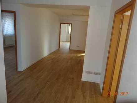 5 lichtdurchflutete Büros mit Wohnmöglichkeit zu vermieten in Gewerbe/Wohnhaus an A93 (RO-Raubling)