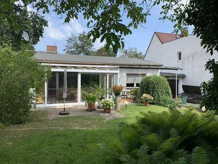 Einfamilienhaus in Bungalow-Bauweise mit ausgebautem Keller  Wintergarten und Garage