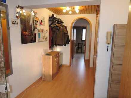 Sehr helle DG-Wohnung mit EBK, Balkon, Tageslichtbad, sep. WC, Laminat, Garage, Stellplatz