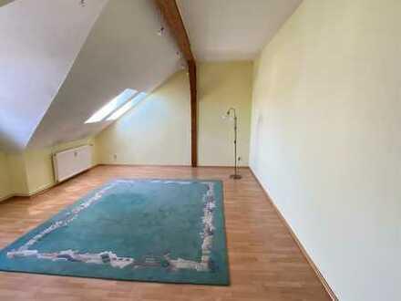 Gepflegte Dachgeschosswohnung mit drei Zimmern und EBK in Teterow
