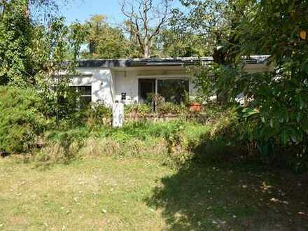 Zum Verkauf: renovierungsbedürftiger Bungalow auf großem Gartengrundstück
