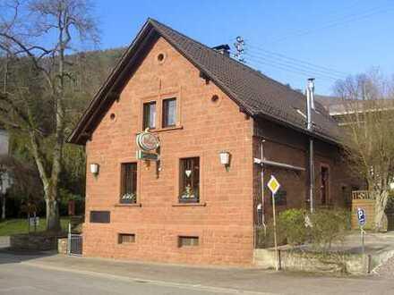 Wunderschönes und auf aufwendig saniertes Sandsteinhaus mit Parkplätzen und Freisitz in Rinnthal