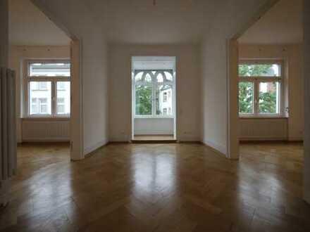 Erstbezug nach Sanierung: 4-Zimmer-Jugendstil-Wohnung im Grüneburgweg mit EBK und Balkon
