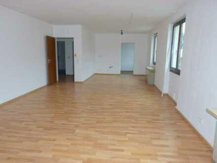 Angenehm und zentral Wohnen: große 3-Zi-Whg. im 1. Stock mit neuem Bad/WC, Balkon + KFZ-Stellplatz!