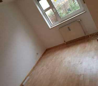 München, Moosach, direkt an der Ubahn Station (U3). 10 m*m WG Zimmer Nachmieter gesucht 500€ mit gar