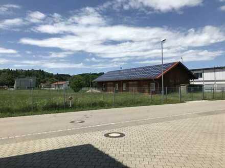 Kalt, Lagerhalle, auf eingezäuntem Grundstück