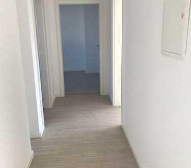 !!! Komplett neu renovierte 3er WG mit großzügigen Zimmern und Balkon !!!