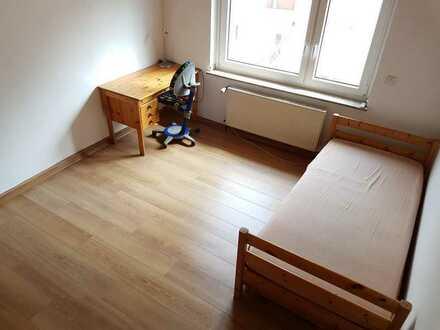 möbliertes Zimmer in frisch renovierter Wohnung nähe Uni
