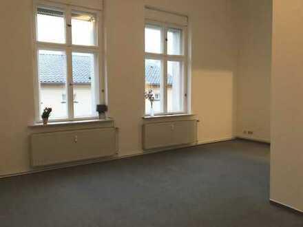 Modernisierte, großzügige 1-Zi.-Wohnung, 36,1 qm, hell+sonnig, neue Single-Küche, 1.OG, Parkpl. mgl.