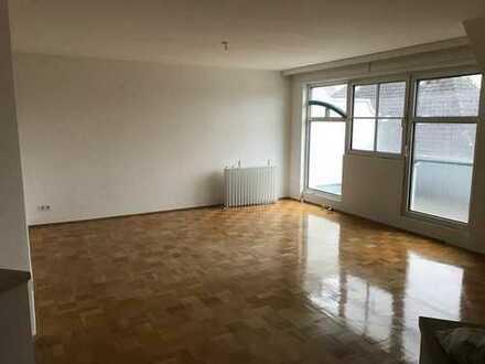 Vollständig renovierte 4-Zimmer-Maisonette-Wohnung mit Balkon und Dachterrasse in Langen (Hessen)