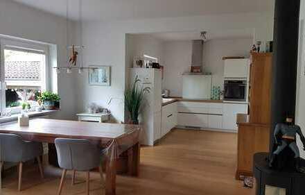 Grüne Idylle mitten in der Stadt: 4-Zimmer-Wohnung mit eigenem Garten und Carport