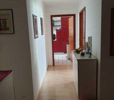 helle 3-Zimmer-Erdgeschosswohnung mit Balkon, Einbauküche und Einzelgarage