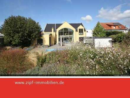 **Moderne Villa mit Schwimmbad Nebengebäude und schönem Garten in ruhiger Lage**