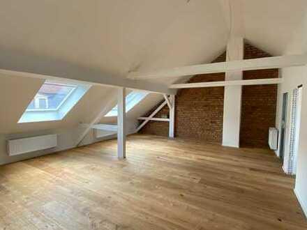 Erstbezug nach Sanierung, imposante 4-Zimmer Dachgeschosswohnung mit Balkon