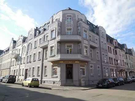 Zentrumsnahe, große 2-Raum-Whg. mit Loggia, 1. OG, auch Küche+Bad mit Fenster, Laminat